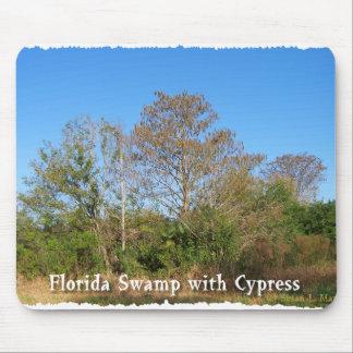 Pantano de la Florida Cypress con los cielos azule Tapete De Ratones