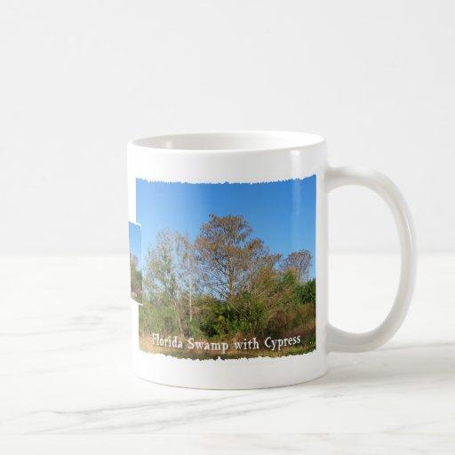 Pantano de la Florida Cypress con los cielos azule Taza