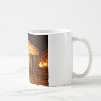 Panteón en la noche taza de café
