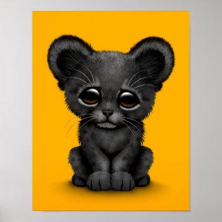 Pantera negra Cub del bebé lindo en amarillo Posters