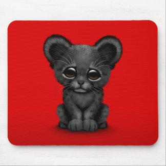 Pantera negra Cub del bebé lindo en rojo Tapetes De Ratones
