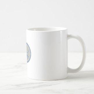 Pantera negra metálica que salta retro oval taza básica blanca