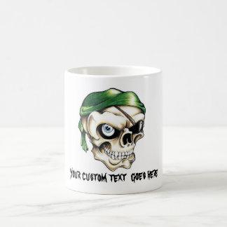 Pañuelo fresco del cráneo del pirata del símbolo d taza básica blanca