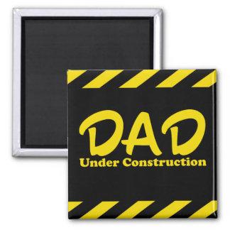 Papá bajo construcción imán cuadrado