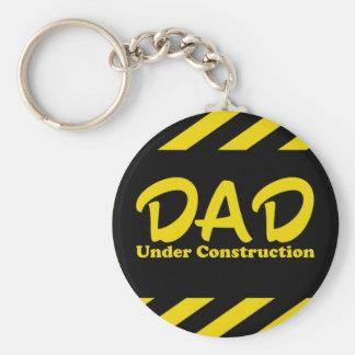 Papá bajo construcción llavero redondo tipo pin