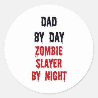 Papá del asesino del zombi del día por noche pegatina redonda
