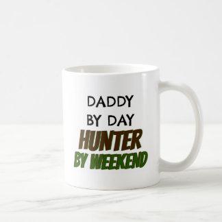 Papá del cazador del día por fin de semana taza básica blanca