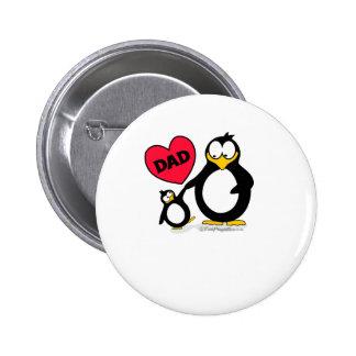 Papá del corazón del pingüino pin redondo de 2 pulgadas