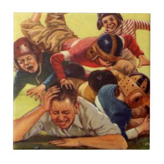 Papá del vintage que juega niños del fútbol w y el azulejo cuadrado pequeño