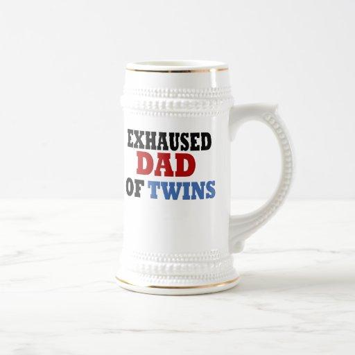 Papá divertido de gemelos jarra de cerveza