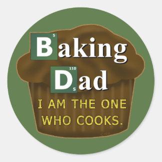Papá divertido que cuece o cocina al padre de la pegatina redonda