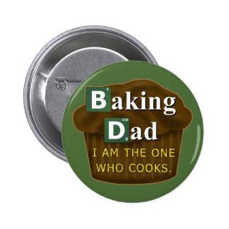 Papá divertido que cuece o cocina al padre de la pin redondo de 2 pulgadas