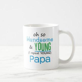 Papá hermosa y joven tazas de café