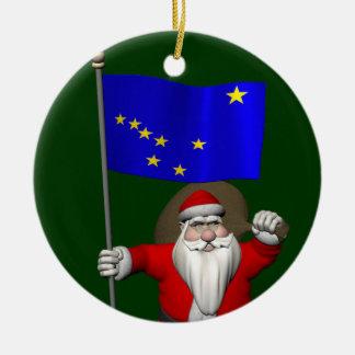 Papá Noel con la bandera de Alaska Adorno Navideño Redondo De Cerámica