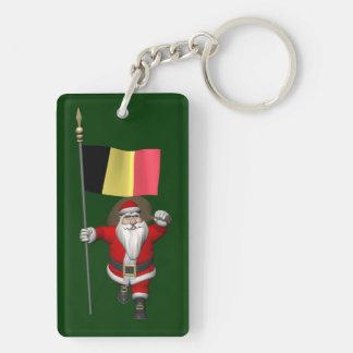 Papá Noel con la bandera de Bélgica Llavero Rectangular Acrílico A Doble Cara