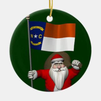 Papá Noel con la bandera de Carolina del Norte Adorno Redondo De Cerámica