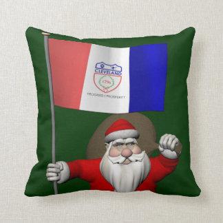 Papá Noel con la bandera de Cleveland Cojines
