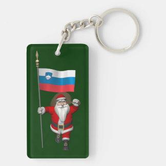 Papá Noel con la bandera de Eslovenia Llavero Rectangular Acrílico A Doble Cara