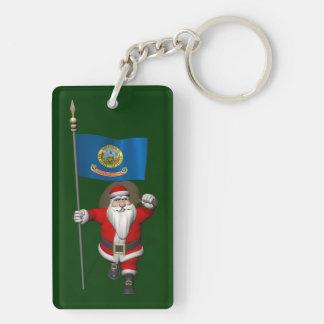Papá Noel con la bandera de Idaho Llavero Rectangular Acrílico A Doble Cara