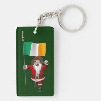 Papá Noel con la bandera de Irlanda Llavero Rectangular Acrílico A Doble Cara