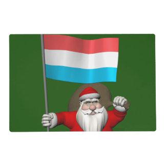 Papá Noel con la bandera de Luxemburgo Salvamanteles