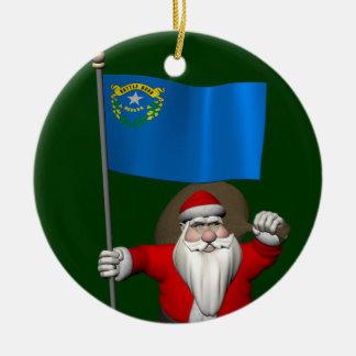 Papá Noel con la bandera de Nevada Adorno Navideño Redondo De Cerámica