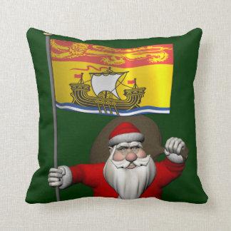 Papá Noel con la bandera de Nuevo Brunswick CDN Almohada
