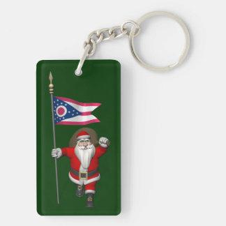 Papá Noel con la bandera de Ohio Llavero Rectangular Acrílico A Doble Cara