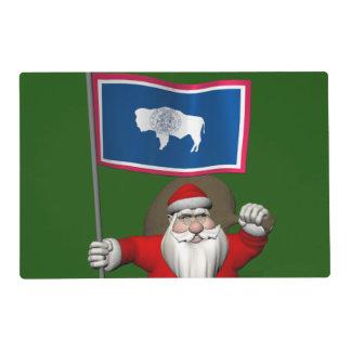 Papá Noel con la bandera de Wyoming Salvamanteles