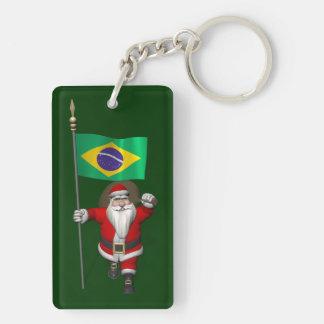 Papá Noel con la bandera del Brasil Llavero Rectangular Acrílico A Doble Cara