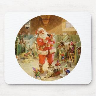 Papá Noel en los establos del reno de Polo Norte Alfombrillas De Ratones
