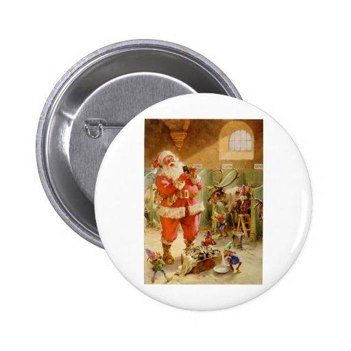 Papá Noel en sus establos del reno de Polo Norte Pin Redondo De 2 Pulgadas