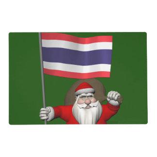 Papá Noel feliz con la bandera de Tailandia Salvamanteles