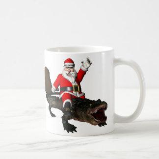 Papá Noel festivo que monta un cocodrilo Taza Clásica