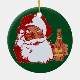 Papá Noel negro retro con el navidad de la cerveza Adorno Navideño Redondo De Cerámica