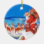 Papá Noel para arriba en el tejado en la nieve Ornamentos De Navidad