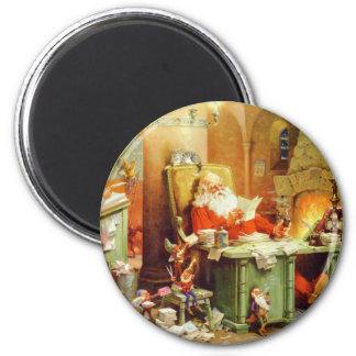 Papá Noel que hace su lista, comprobándolo dos vec Imán Redondo 5 Cm