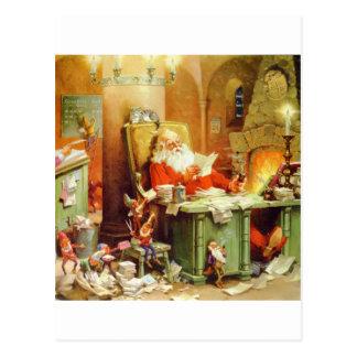 Papá Noel que hace su lista comprobándolo dos vec Tarjetas Postales