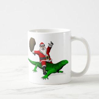 Papá Noel que monta el lagarto verde Taza Básica Blanca