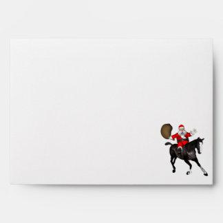 Papá Noel que monta un caballo negro Sobre