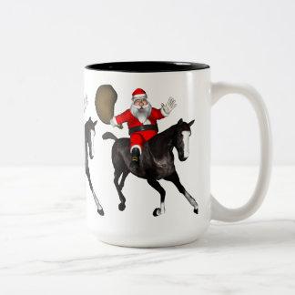 Papá Noel que monta un caballo negro Taza Dos Tonos