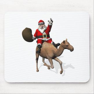 Papá Noel que monta un camello Alfombrillas De Ratones