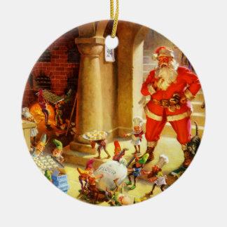 Papá Noel supervisa sus duendes el cocer de las Adorno Navideño Redondo De Cerámica