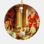 Papá Noel supervisa sus duendes el cocer de las ga Ornamentos De Reyes