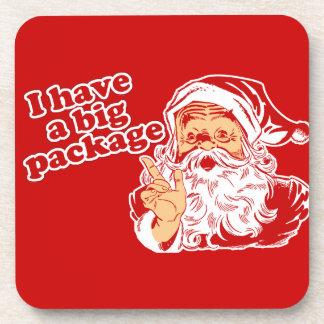 Papá Noel tiene un paquete grande Posavasos De Bebidas
