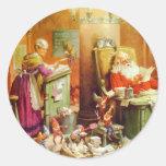 Papá Noel y señora Claus en la sala de correo de P Pegatina Redonda