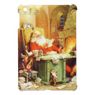 Papá Noel y sus duendes comprueban su lista