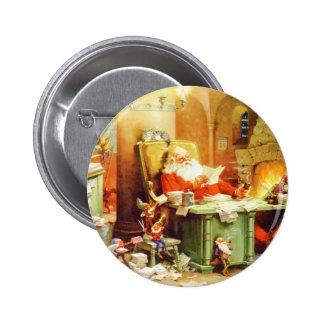 Papá Noel y sus duendes comprueban su lista Pin Redondo De 2 Pulgadas