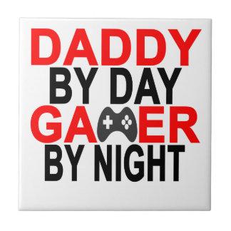 Papá por videojugador del día por la camiseta azulejo cuadrado pequeño