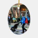 Papá que empuja el Greenwich Village del cochecito Ornamentos De Navidad